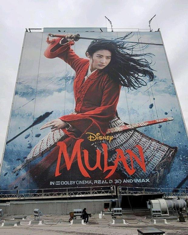 Trước khi công bố hoãn chiếu toàn cầu, gà cưng Mulan từng được Disney PR khô máu - Ảnh 1.