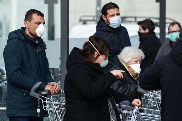 Diễn viên người Ý đăng clip cầu cứu khi bị nhốt trong nhà với thi thể chị gái nhiễm COVID-19 - Ảnh 4.