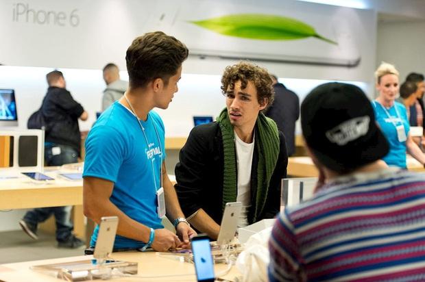 Khách mua Apple Watch, AirPods tại Apple Store không được khuyến khích đeo thử vì sợ dính dịch Covid-19 - Ảnh 1.