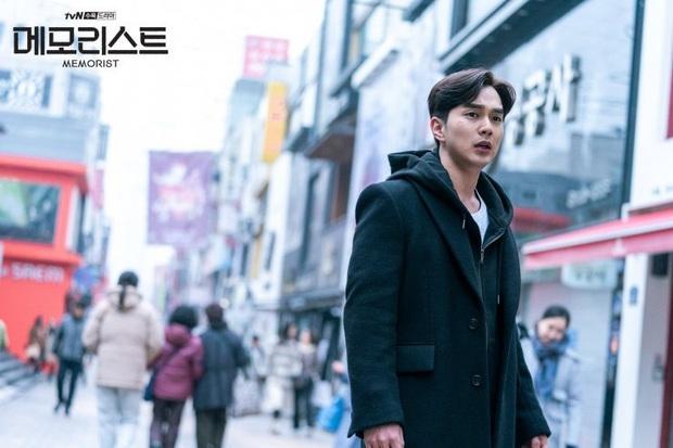 """MEMORIST mở màn căng đét: Yoo Seung Ho đánh võ cực ngầu, đã thế còn kiêm luôn chức """"thanh tra tấu hài"""" - Ảnh 13."""