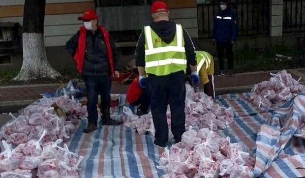 Dùng xe rác cáu bẩn chở thịt lợn cho dân khu cách ly COVID-19 ở Vũ Hán - Ảnh 2.