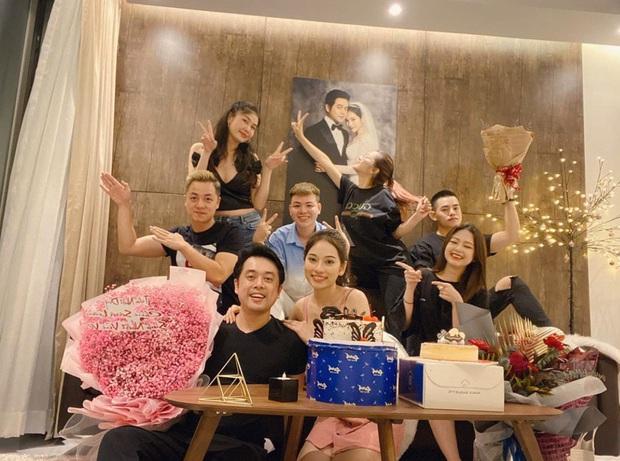 Vợ chồng Dương Khắc Linh khoá môi cực tình, cùng hội bạn Đăng Khôi quậy tưng bừng dịp sinh nhật - Ảnh 2.