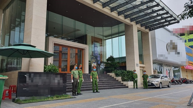 Ảnh: Nhiều cửa hàng, khách sạn ở Đà Nẵng đóng cửa vì có 2 du khách Anh nhiễm Covid-19 ghé thăm - Ảnh 2.