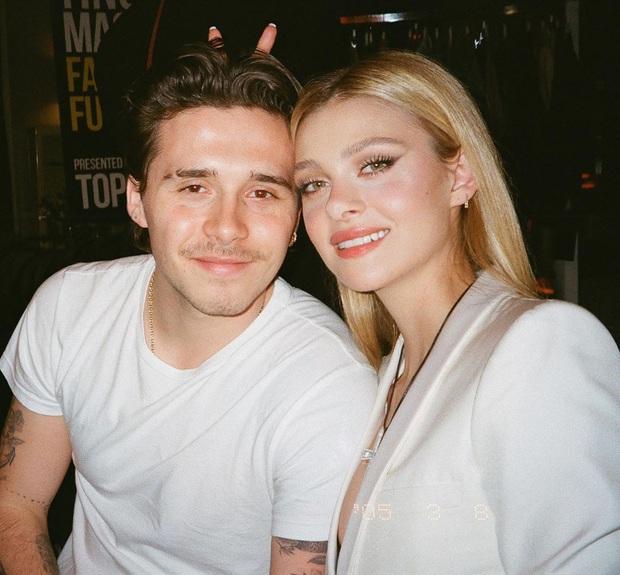Brooklyn Beckham khoe ảnh gia đình cực xịn: Ai cũng đẹp, nhưng kéo đến ảnh cuối mới ngỡ ngàng vì nhan sắc bạn gái cậu cả - Ảnh 1.