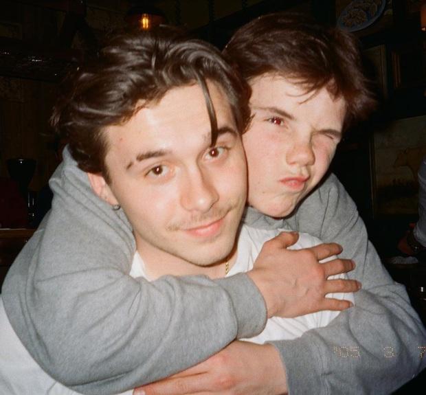 Brooklyn Beckham khoe ảnh gia đình cực xịn: Ai cũng đẹp, nhưng kéo đến ảnh cuối mới ngỡ ngàng vì nhan sắc bạn gái cậu cả - Ảnh 4.