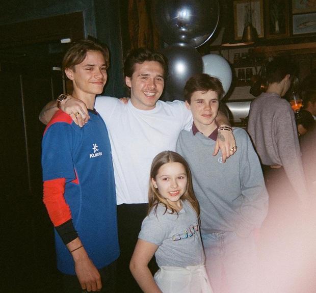 Brooklyn Beckham khoe ảnh gia đình cực xịn: Ai cũng đẹp, nhưng kéo đến ảnh cuối mới ngỡ ngàng vì nhan sắc bạn gái cậu cả - Ảnh 2.