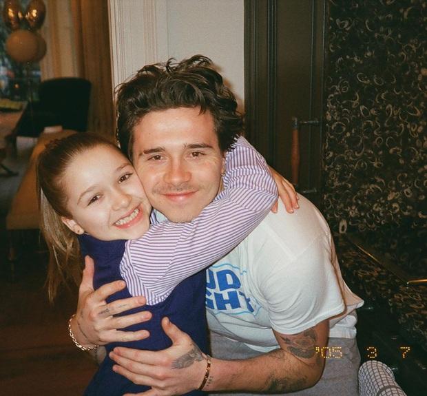 Brooklyn Beckham khoe ảnh gia đình cực xịn: Ai cũng đẹp, nhưng kéo đến ảnh cuối mới ngỡ ngàng vì nhan sắc bạn gái cậu cả - Ảnh 5.