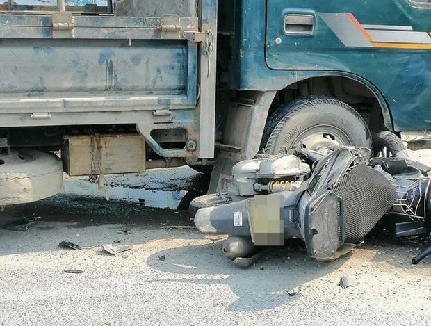 Nữ tài xế lái xe tải va chạm với xe máy, 1 cô gái tử vong thương tâm - Ảnh 2.