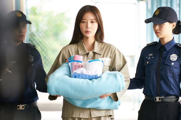 Đẳng cấp đi tù như vedette ở phim châu Á: Quỳnh Nga diện váy ngành chưa sốc bằng đại tiệc thời thượng của rich kid Im Soo Hyang - Ảnh 8.