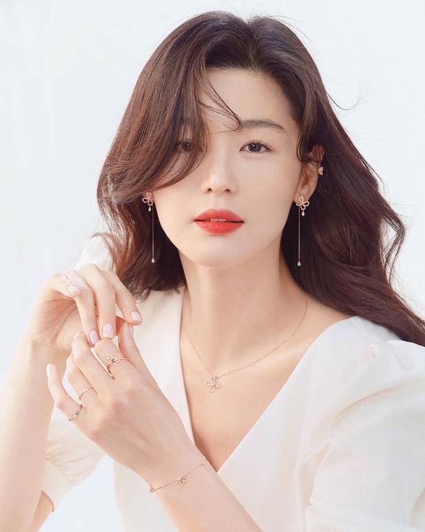 Bóc nhan sắc của dàn sao Hàn trên thực tế: V (BTS) - Suho (EXO) nổi là có lý do, mợ chảnh bỗng lộ diện giữa dàn idol - Ảnh 13.