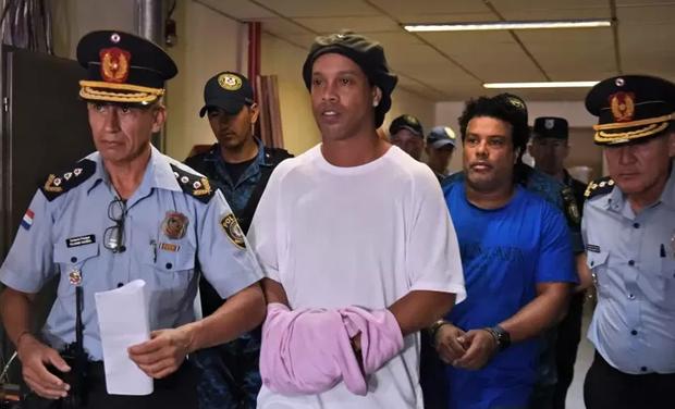 Huyền thoại Ronaldinho sống sung sướng trong tù: Thoải mái uống rượu, được bạn tù săn đón xin chữ ký - Ảnh 2.