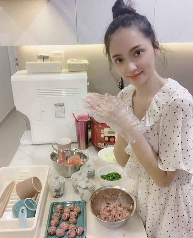 Sang nhà Bích Phương ăn chực suốt nhưng cũng có ngày Hương Giang lộ ảnh nấu nướng: thích vào bếp là biểu hiện của sự đảm đang thật sao? - Ảnh 1.