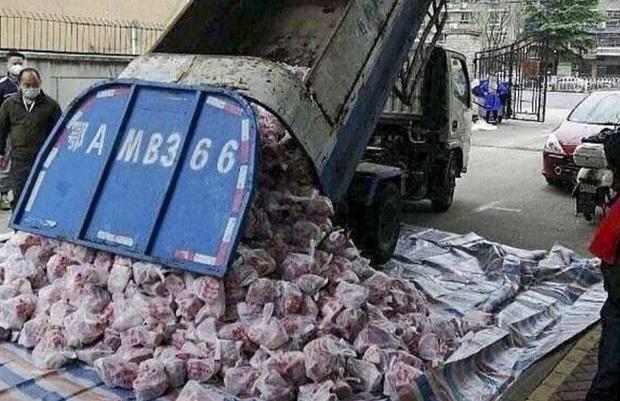 Trung Quốc sa thải quan chức sau vụ dùng xe rác chở thịt lợn cung cấp cho người dân - Ảnh 1.