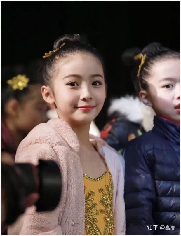 Lại thêm một em gái cực phẩm: 12 tuổi đã sở hữu thần thái mỹ nhân, xinh xắn hết cả phần thiên hạ - Ảnh 1.