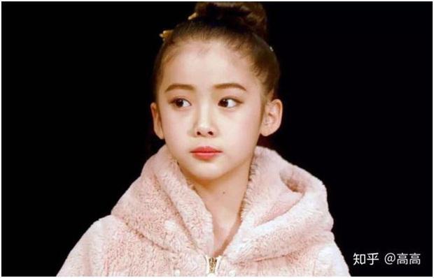 Lại thêm một em gái cực phẩm: 12 tuổi đã sở hữu thần thái mỹ nhân, xinh xắn hết cả phần thiên hạ - Ảnh 2.