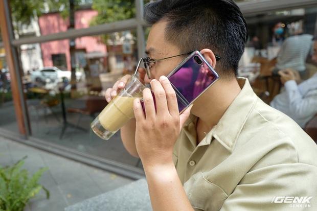 Galaxy Z Flip: Đàn ông sẽ thấy chiếc smartphone này hay ở chỗ nào? - Ảnh 1.