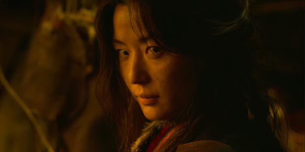 Cực choáng với màn đánh úp của mợ chảnh Jeon Ji Hyun trong KINGDOM 2: Nhỏ mà có võ đúng chất siêu bom tấn Netflix? - Ảnh 1.