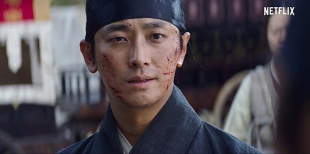 Cực choáng với màn đánh úp của mợ chảnh Jeon Ji Hyun trong KINGDOM 2: Nhỏ mà có võ đúng chất siêu bom tấn Netflix? - Ảnh 2.