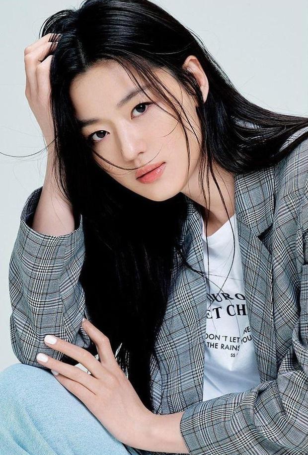 Bóc nhan sắc của dàn sao Hàn trên thực tế: V (BTS) - Suho (EXO) nổi là có lý do, mợ chảnh bỗng lộ diện giữa dàn idol - Ảnh 15.