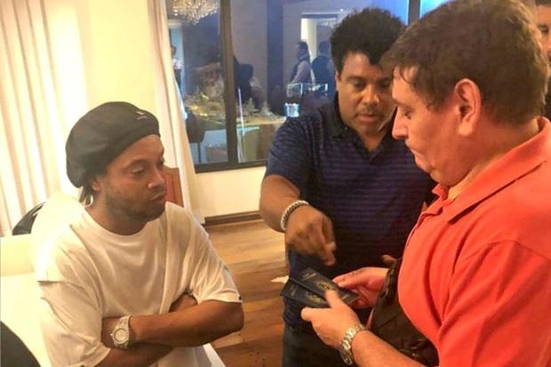 Huyền thoại Ronaldinho sống sung sướng trong tù: Thoải mái uống rượu, được bạn tù săn đón xin chữ ký - Ảnh 4.