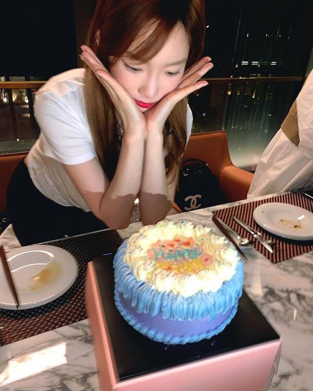Sau bức tâm thư xúc động, Taeyeon tiếp tục trấn an người hâm mộ bằng loạt ảnh tạo dáng cực nhắng nhít bên cạnh bánh sinh nhật - Ảnh 4.