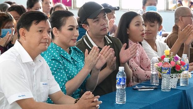 Phi Nhung quyên góp 100 triệu, Việt Hương gây chú ý với loạt động thái hỗ trợ miền Tây chống hạn, mặn và dịch Covid-19 - Ảnh 2.