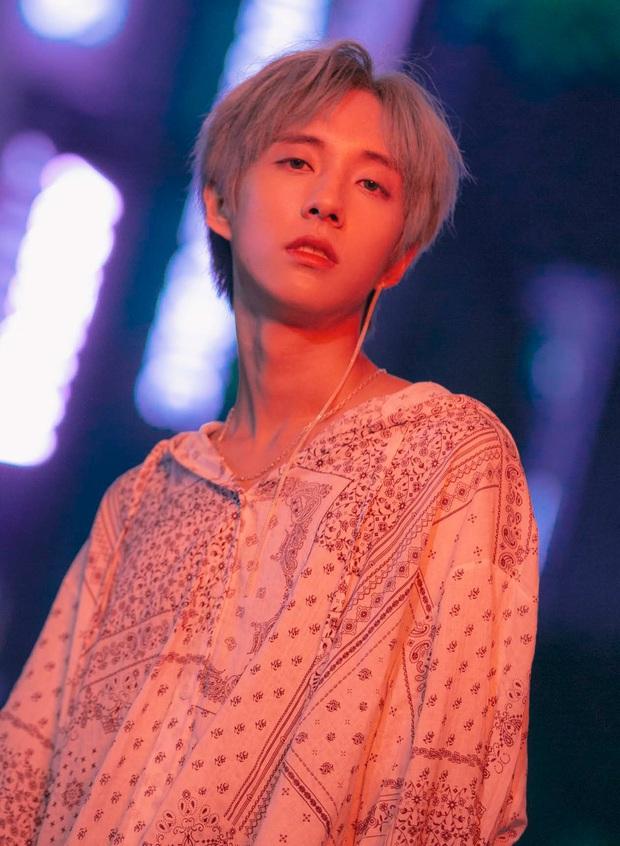 """Hội nam idol 96-line tài sắc vẹn toàn: Hết """"center quốc dân"""", cây hút fan của SEVENTEEN, NCT rồi idol LGBT công khai đầu tiên của Kpop đều đủ cả! - Ảnh 27."""