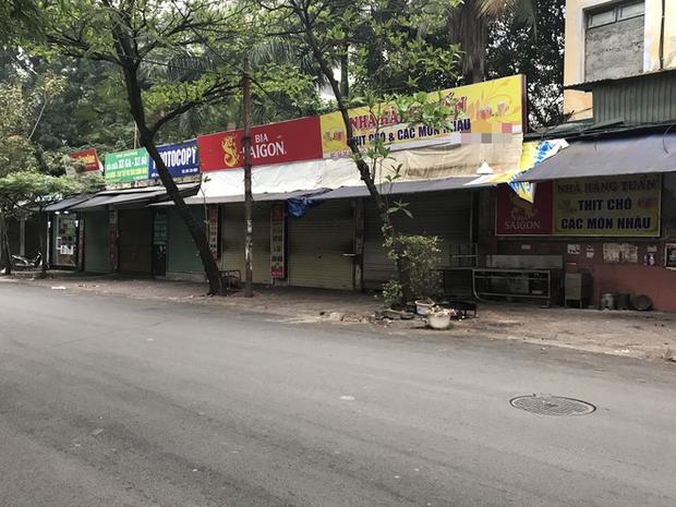 """Hà Nội: Nhiều cửa hàng gần khu vực bệnh nhân số 50 nhiễm Covid-19 sinh sống treo biển """"Dừng bán, mong quý khách thông cảm"""" - Ảnh 1."""