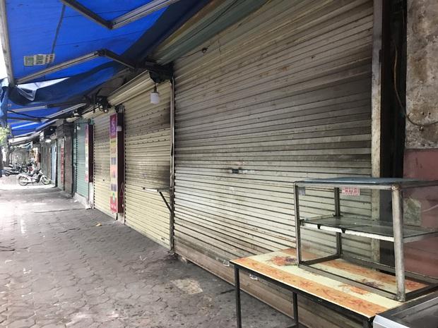 """Hà Nội: Nhiều cửa hàng gần khu vực bệnh nhân số 50 nhiễm Covid-19 sinh sống treo biển """"Dừng bán, mong quý khách thông cảm"""" - Ảnh 2."""
