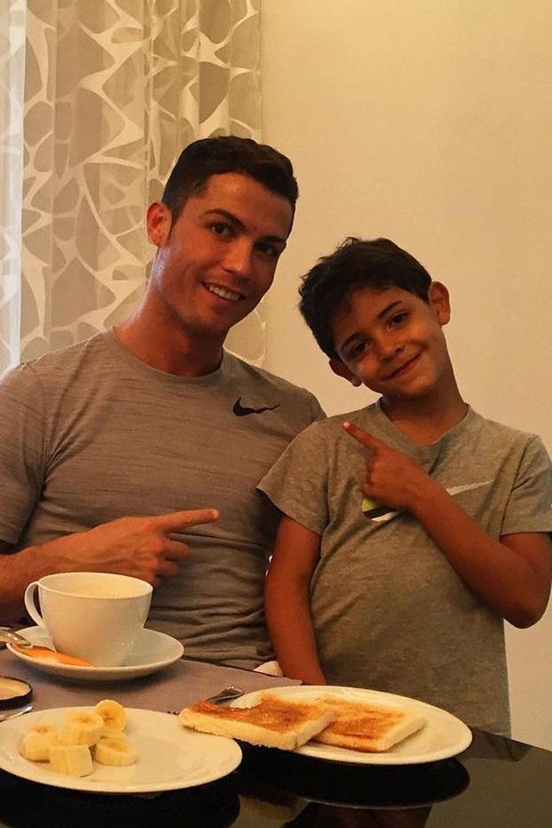 Ronaldo bị đồng đội cũ bóc phốt: Không ngờ siêu sao có thể hình như cỗ máy lại từng ăn uống vô tổ chức thế này - Ảnh 4.