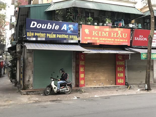 """Hà Nội: Nhiều cửa hàng gần khu vực bệnh nhân số 50 nhiễm Covid-19 sinh sống treo biển """"Dừng bán, mong quý khách thông cảm"""" - Ảnh 4."""
