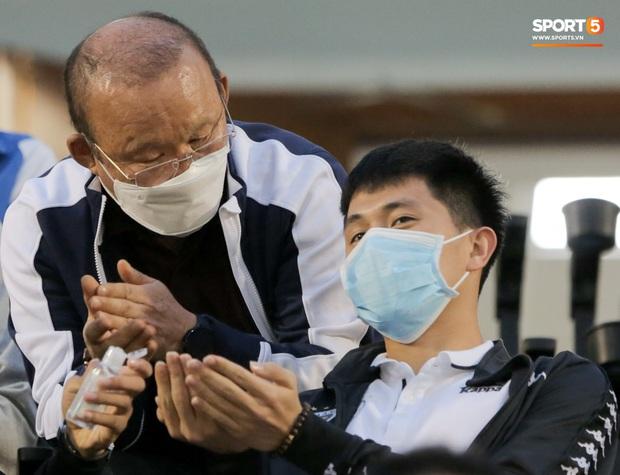 Đình Trọng vừa ăn kẹo mút, vừa đăm chiêu trong ngày Hà Nội FC thất bại - Ảnh 3.