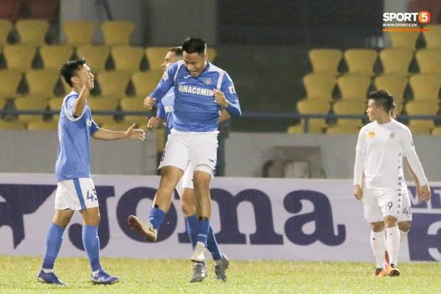 Đình Trọng vừa ăn kẹo mút, vừa đăm chiêu trong ngày Hà Nội FC thất bại - Ảnh 7.