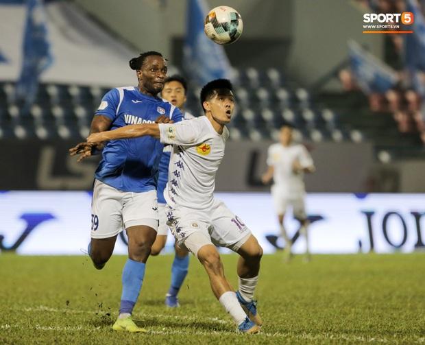 Đình Trọng vừa ăn kẹo mút, vừa đăm chiêu trong ngày Hà Nội FC thất bại - Ảnh 9.