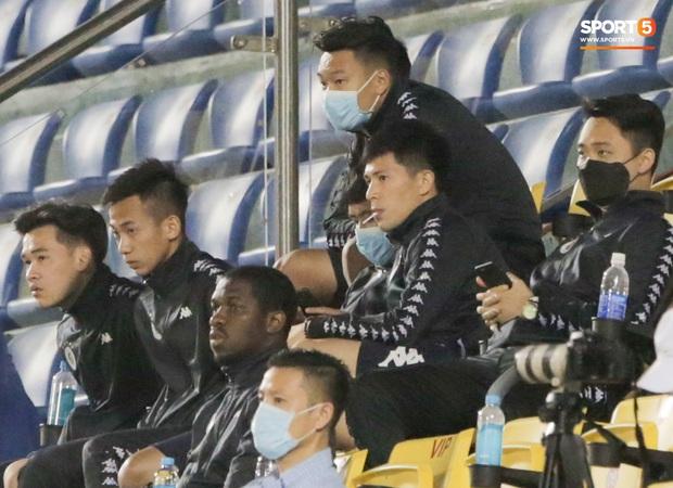 Đình Trọng vừa ăn kẹo mút, vừa đăm chiêu trong ngày Hà Nội FC thất bại - Ảnh 1.