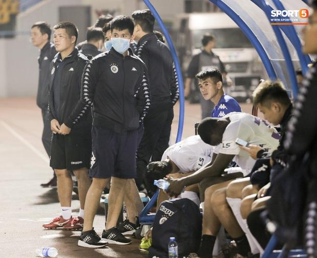 Đình Trọng vừa ăn kẹo mút, vừa đăm chiêu trong ngày Hà Nội FC thất bại - Ảnh 2.