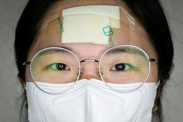 Những miếng băng dán chằng chịt trở thành huy hiệu danh giá của các y tá ở tâm dịch Daegu trong cuộc chiến chống Covid-19 - Ảnh 3.