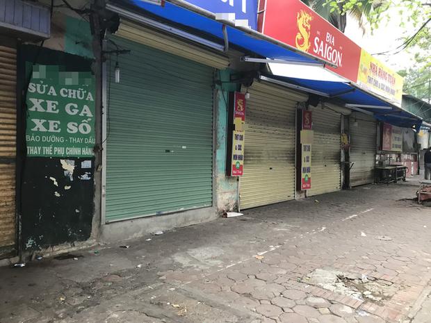 """Hà Nội: Nhiều cửa hàng gần khu vực bệnh nhân số 50 nhiễm Covid-19 sinh sống treo biển """"Dừng bán, mong quý khách thông cảm"""" - Ảnh 3."""
