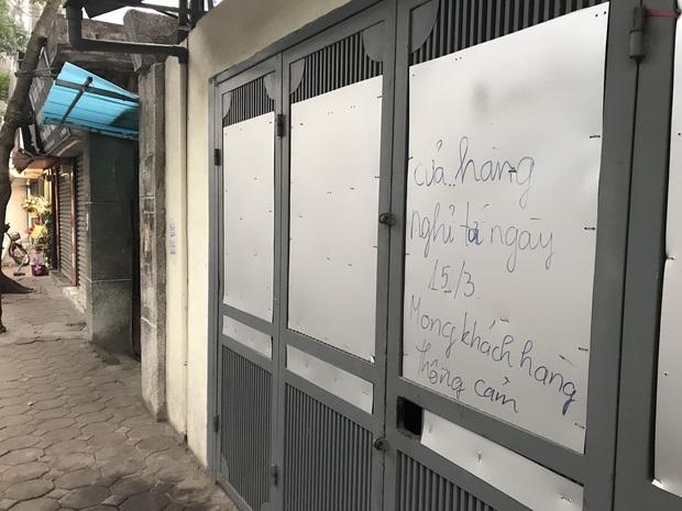"""Hà Nội: Nhiều cửa hàng gần khu vực bệnh nhân số 50 nhiễm Covid-19 sinh sống treo biển """"Dừng bán, mong quý khách thông cảm"""" - Ảnh 6."""
