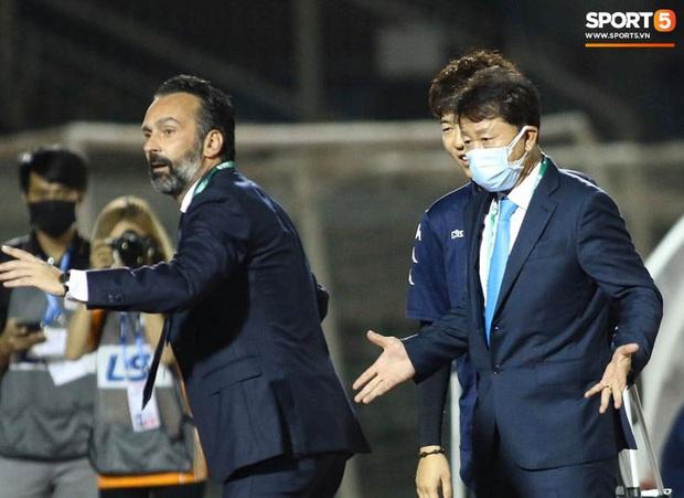 Bạn thầy Park bị từ chối bắt tay, nảy ra sáng kiến bắt chân với đồng nghiệp người Italia - Ảnh 3.