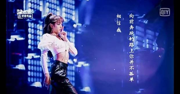 Em gái quốc tế Lisa (BLACKPINK) khoe vũ đạo đỉnh trên truyền hình xứ Trung, ai ngờ vòng eo siêu nhỏ lấn át tất cả - Ảnh 7.