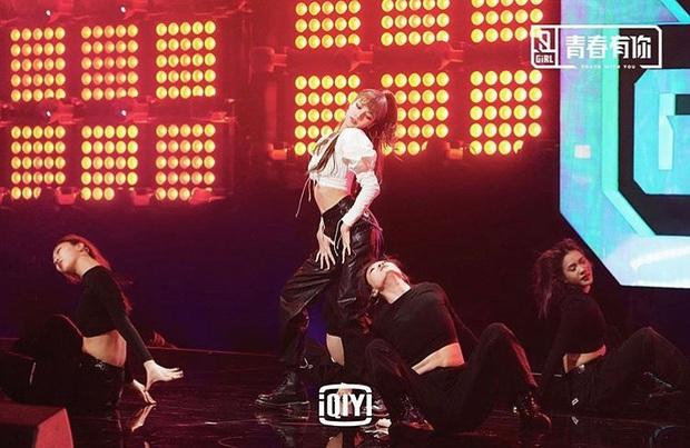 Em gái quốc tế Lisa (BLACKPINK) khoe vũ đạo đỉnh trên truyền hình xứ Trung, ai ngờ vòng eo siêu nhỏ lấn át tất cả - Ảnh 6.