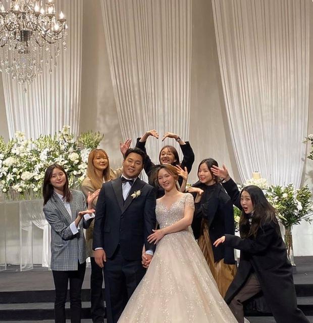 EXID đi dự đám cưới quản lý: Người ta thi nhau lồng lộn, riêng 5 chị bán liêm sỉ đến độ fan cũng phải bó tay - Ảnh 2.