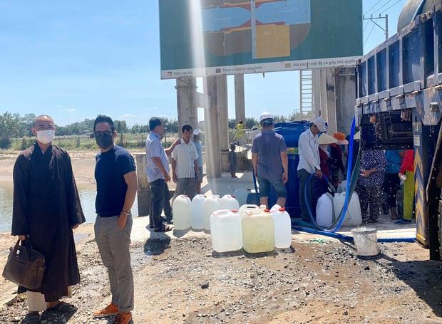 Vợ chồng Lý Hải trực tiếp xuống miền Tây, lắp đặt 5 máy lọc nước trị giá 350 triệu giúp người dân vượt hạn và mặn - Ảnh 4.