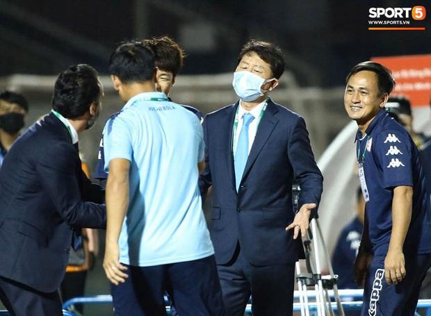Bạn thầy Park bị từ chối bắt tay, nảy ra sáng kiến bắt chân với đồng nghiệp người Italia - Ảnh 2.