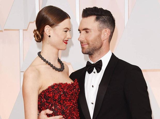 Rộ tin đồn lục đục của trưởng nhóm Maroon 5 và bà xã kém chục tuổi: Vợ còn là thiên thần Victorias Secret, vậy vấn đề ở đâu? - Ảnh 2.