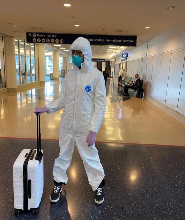Cận cảnh quá trình lên đồ ra sân bay giữa mùa dịch của Naomi Campbell:  Giờ thì không ai nói tôi ngớ ngẩn nữa! - Ảnh 2.