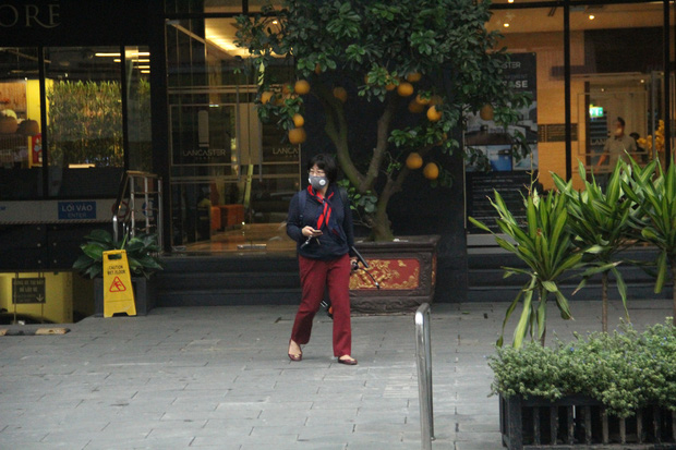 """Hà Nội: Nhiều cửa hàng gần khu vực bệnh nhân số 50 nhiễm Covid-19 sinh sống treo biển """"Dừng bán, mong quý khách thông cảm"""" - Ảnh 14."""