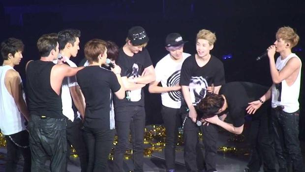 """Khi nam idol khốn khổ vì rách quần: Màn """"lộ hàng"""" của Yunho (TVXQ) đi vào lịch sử Kpop, BIGBANG 5 lần 7 lượt là nạn nhân - Ảnh 10."""