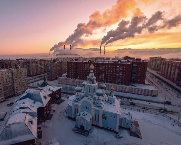 Cuộc sống khắc nghiệt ở Norilsk, nơi tách biệt với thế giới: Không chỉ có khí hậu lạnh giá mà còn là nơi ô nhiễm nhất hành tinh - Ảnh 1.